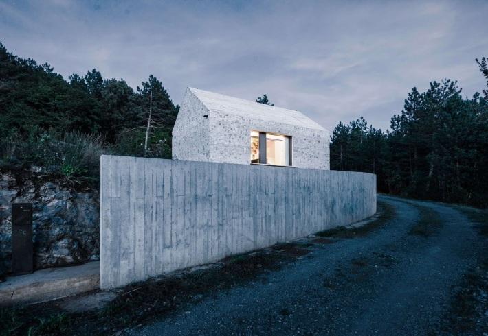 Dekleva Gregoric Arhitekti . compact karst house . Vrhovlje (1)