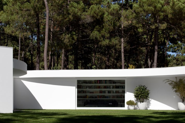 House-in-Aroeira-Portugal-by-Aires-Mateus-photo-Fernando-Guerra-yatzer-12