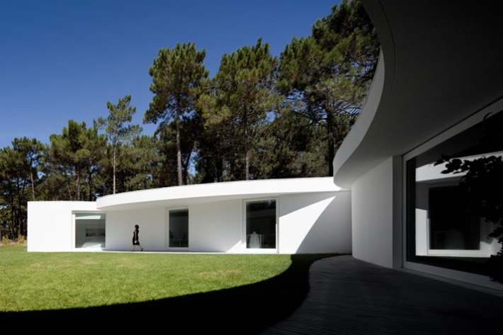 House-in-Aroeira-Portugal-by-Aires-Mateus-photo-Fernando-Guerra-yatzer-14