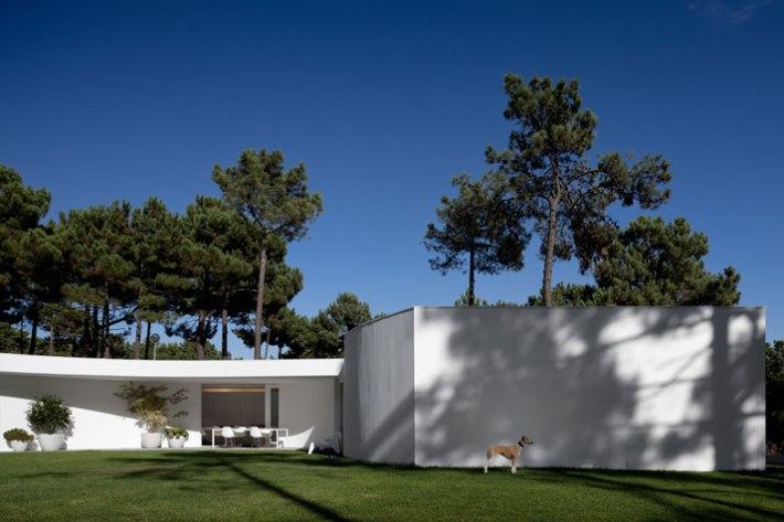 House-in-Aroeira-Portugal-by-Aires-Mateus-photo-Fernando-Guerra-yatzer-16