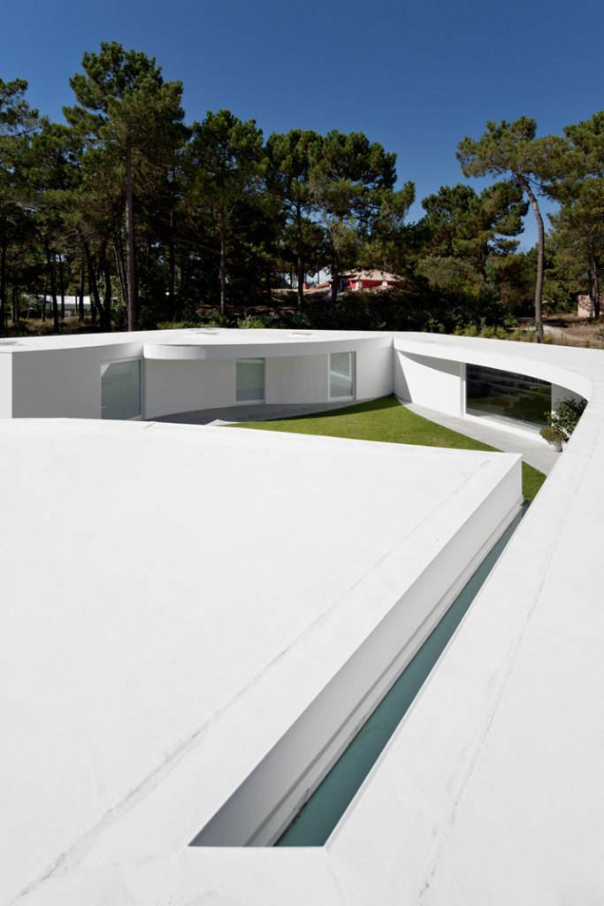 House-in-Aroeira-Portugal-by-Aires-Mateus-photo-Fernando-Guerra-yatzer-18