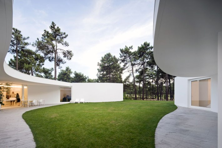 House-in-Aroeira-Portugal-by-Aires-Mateus-photo-Fernando-Guerra-yatzer-20