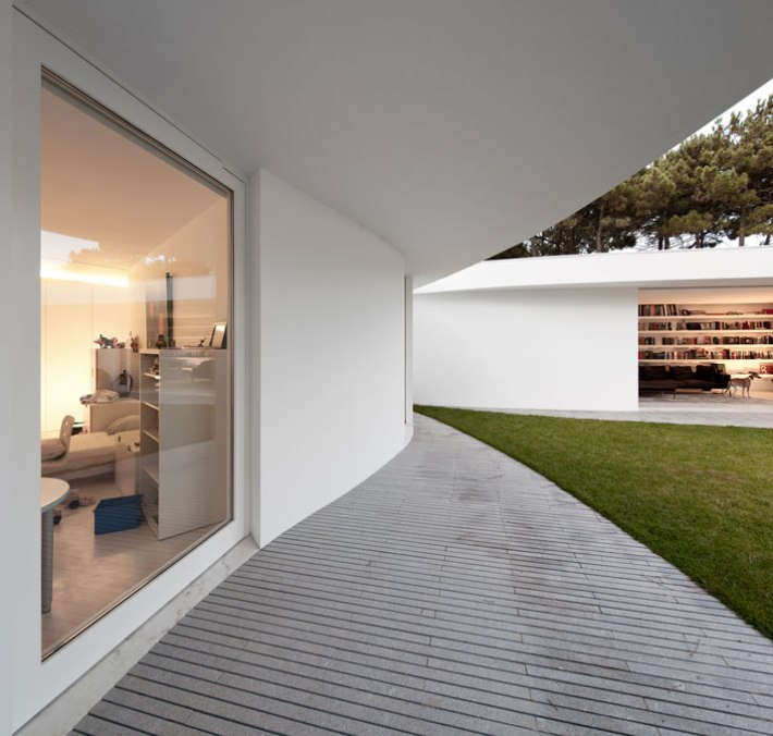 House-in-Aroeira-Portugal-by-Aires-Mateus-photo-Fernando-Guerra-yatzer-21
