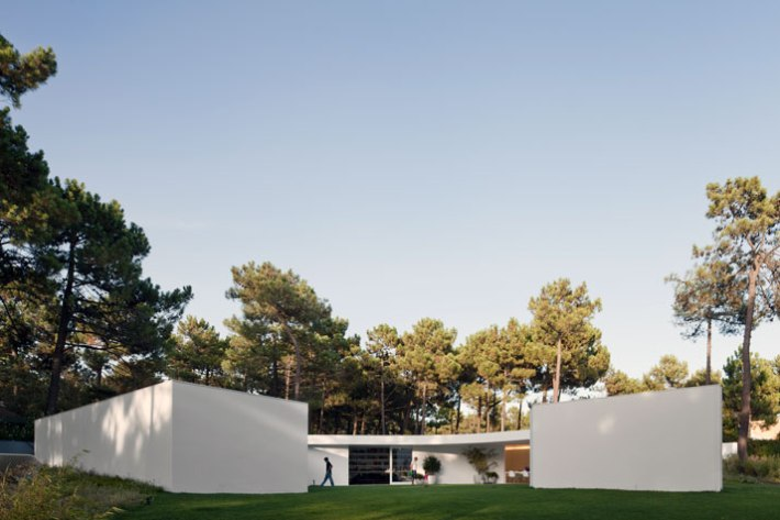 House-in-Aroeira-Portugal-by-Aires-Mateus-photo-Fernando-Guerra-yatzer-23